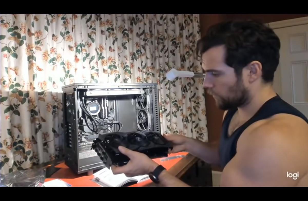 Henry Cavill monta un PC Gaming desbordandosensualidad